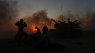 سلاح المدفعية في جيش الدفاع الإسرائيلي يقوم بإطلاق قذائف على غزة، بالقرب من الحدود في جنوب اسرائيل  21 يوليو 2014، في اليوم الرابع من الغزو البري الإسرائيلي في قطاع غزة من أجل تدمير البنية التحتية الإرهابية الأنفاق لحماس Yonatan Sindel/Flash90