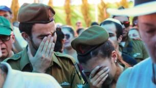 أقرباء وأصدقاء في جنازة لواء غولاني الجندي دانيال بومرانتز الذي قتل خلال القتال في غزة يوم الاحد في كفار عازار، قرب تل أبيب 24 يوليو 2014 (فلاش 90)