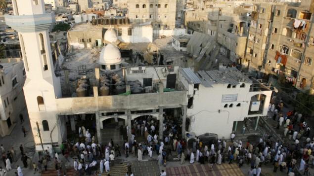 يجري الفلسطينيون صلاة عيد الفطر في مسجد الفاروق الذي دمر قبل أسبوع في غارة عسكرية اسرائيلية على رفح، جنوب قطاع غزة، 28 يوليو Abed Rahim Khatib/Flash90