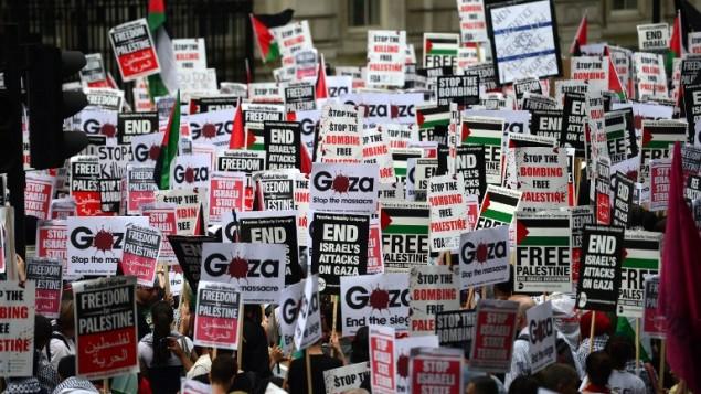 متظاهرون يحملون شعارات ضد الهجوم الاسرائيلي على غزة في مركز لندن 19 يوليو 2014 (أ ف ب)
