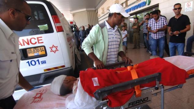 طفل بدوي في طريقه الى غرفة الطوارئ في مستشفى سوروكا في بئر السبع بعد سقوط صاروخ على بيته بجانب دمونا (فلاش 90)