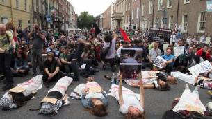 """مظاهرة """"الموت في"""" تأيدا لغزة في دبلن ايرلند (من شاشة اليوتوب)"""