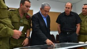 رئيس  الوزراء بنيامين نتنياهو ووزير الدفاع بوغي يعالون في غرفة قيادة لواء الجنوب (مقدمة من وزارة الدفاع)