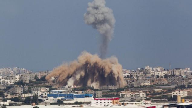 صورة للجهة الاسرائيلية للحدود مع غزة تظهر الدخان يصعد من قطاع غزة في اليوم الثاني من العملية العسكرية 9 يوليو 2014 (يوناتان سنايدل/ فلاش 90)
