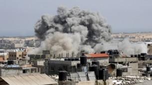 صاروخ اسرائيلي يضرب منطقة في رفح جنوب قطاع غزة الاربعاء 19 يوليو 2014 (عبد الرحيم خطيب فلاش 90)