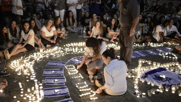 شبان وشابات اسرائيليون يضون الشموع حدادا على موت الشبان في تل ابيب الاثنين ٣٠ يونيو (فلاش ٩٠)
