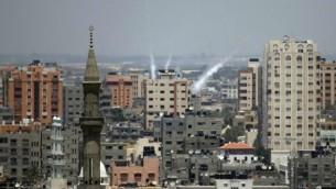 دخان يصعد من سماء غزة بعد اطلاق صواريخ على اسرائيل ١٥ يوليو ٢٠١٤ (توماس كوكس/ أ ف ب)