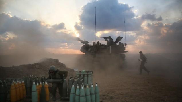 جنود اسرائيليون يطلق النار باتجاه قطاع غزة بالقرب من حدود اسرائيل  19 يوليو 2014 (AFP / مناحيم كاهانا).