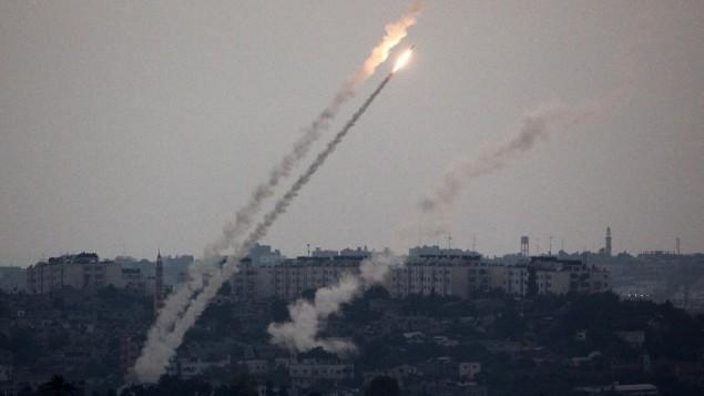 صورة من الحدود الجنوبية بين اسرائيل وغزة, تظهر صاروخ أطلق من قطاع غزة يوم الجمعة 11 يوليو 2014 (مناحم كهانا/ أ ف ب)