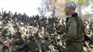 رئيس اركان الجيش, بيني جانز يتحدث الى الجنود الاسرائيليين قرب الحدود مع غزة 26 يونيو 2014  Yehudah Gross/IDF Spokesperson/Flash90