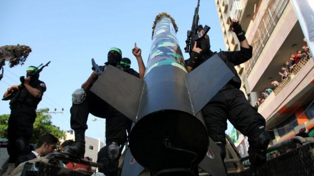 نشطاء حماس يعرضون صواريخ M-75 في عرض عسكري في ذكرى عملية عمود الدفاع في غزة، 14 نوفمبر 2013  Emad Nassar/Flash90