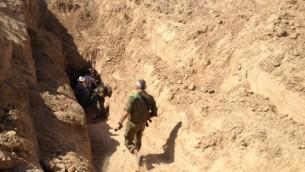 العقيد الوتانات مايكل ادلستين يدخل احد الانفاق في غزة، اكتوبر 2013 (Mitch Ginsburg/ Times of Israel staff)