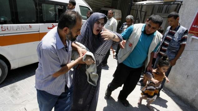 امرأة فلسطينية تنزل من سيارة إسعاف  في مستشفى النجار  رفح في جنوب قطاع غزة، على 20 يوليو 2014 (فلاش 90)