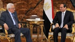 صورة مقدمة من مكتب الرئيس المصري عبد الفتاح السيسي خلال لقائه مع محمود عباس ١٧ يوليو ٢٠١٤.  (AFP/ HO/ Egyptian presidency)