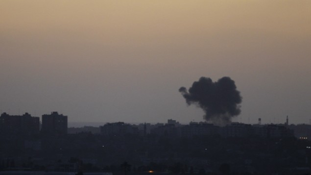 دخان يعلو في سماء غزة بعد غارة اسرائيلية 13 يونيو 2014 (فلاتش 90)
