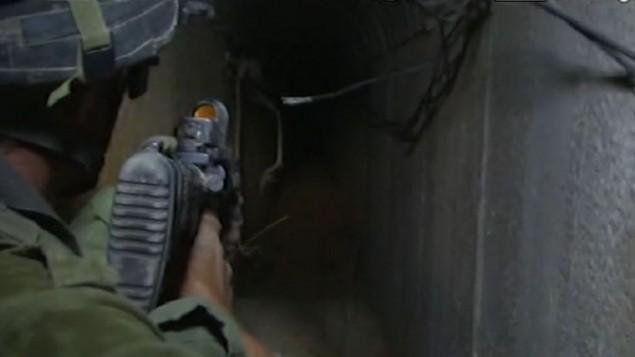 جندي اسرائيلي يقود صحفيين الى داخل نفق في خان يونس (من شاشة  Walla! News)
