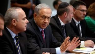 رئيس الوزراء بنيامين نتنياهو يتحدث خلال الاجتماع الاسبوعي لمجلس الوزراء، 15 حزيران، 2014 AFP/Pool/Abir Sultan