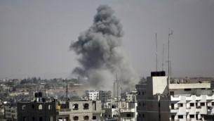 الدخان يتصاعد من غزة بعد غارة على رفح 3 اغسطس 2014 (AFP/MAHMUD HAMS)