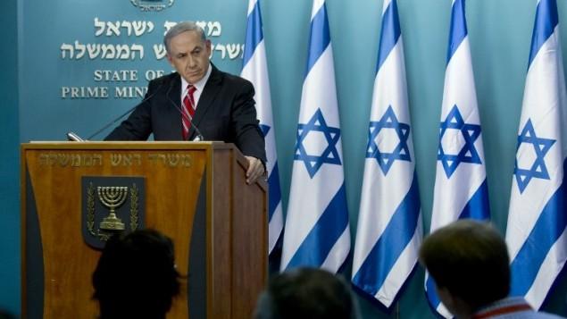 """رئيس الوزراء الاسرائيلي بنيامين نتنياهو في مؤتمر صحفي , القدس. 6 أغسطس 2014.  حيث وصف نتنياهو الحرب بانها  """"مبررة"""" و """"لائقة""""، محملا حركة حماس مسؤولية حصيلة القتلى العالية من المدنيين  AFP PHOTO/JIM HOLLANDER/POOL"""