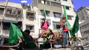 أطفال فلسطينيون خلال مسيرة  دعم لحركة حماس في وسط مدينة غزة 7 أغسطس 2014 . AFP PHOTO / ROBERTO SCHMIDT