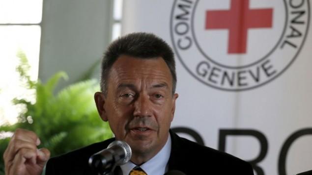 رئيس اللجنة الدولية للصليب الأحمر (ICRC) بيتر مورير يتحدث خلال مؤتمر صحفي في القدس 7 أغسطس 2014 عقب زيارته إلى قطاع غزة. AFP PHOTO / GALI TIBBON
