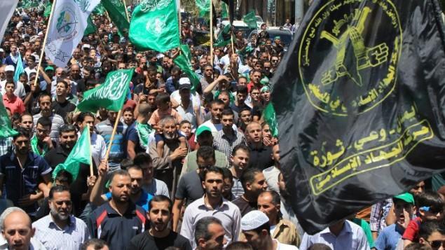 صورة توضيحية، متظاهرون فلسطينيون  يلوحون بأعلام حماس والجهاد الإسلامي  في مظاهرة  دعم لغزة في الضفة الغربية AFP/HAZEM BADER