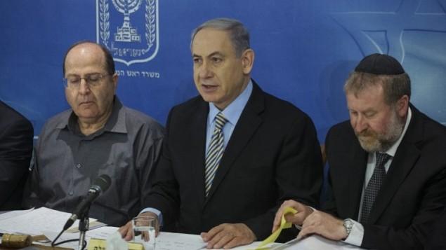 رئيس الوزراء الاسرائيلي بنيامين نتنياهو (C) يحضر اجتماع لمجلس الوزراء في تل أبيب  10 أغسطس، 2014. AFP PHOTO / POOL / BAZ RATNER