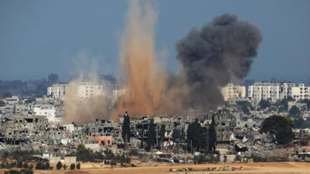 10 أغسطس 2014 الدخان يتصاعد من الجانب الساحلي لقطاع غزة في أعقاب ضربة عسكرية إسرائيلية. AFP PHOTO / DAVID BUIMOVITCH