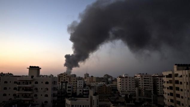 الدخان فوق مدينة غزة بعد غارة جوية اسرائيلية 10 أغسطس  2014. AFP PHOTO / MAHMUD HAMS