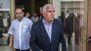 رئيس الوفد الفلسطيني فتح عزام الأحمد (R) وأعضاء الوفد في الفندق حيث تجري المفاوضات مع وسطاء المخابرات المصرية بهدف التوسط لإنهاء النزاع في غزة 12 أغسطس2014 في العاصمة المصرية، القاهرة. AFP PHOTO / KHALED DESOUKI