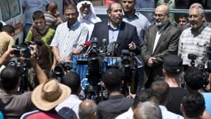 """خليل الحية (C)، من المكتب السياسي لحماس، امام الصحفيين  14 أغسطس 2014 في مدينة غزة. هيا قال ان هناك """"فرصة حقيقية للتوصل إلى اتفاق""""، ولكن فقط إذا كانت إسرائيل """"تتوقف عن اللعب بالكلمات"""". AFP PHOTO / ROBERTO SCHMIDT"""