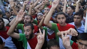 فلسطينيون من أنصار حركة حماس  أثناء مظاهرة في رفح في جنوب قطاع غزة.  17 أغسطس 2014  AFP PHOTO / SAID KHATIB