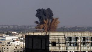 دخان بعد غارة جوية اسرائيلية في رفح في جنوب قطاع غزة، 19 آب، 2014.  AFP PHOTO / SAID KHATIB