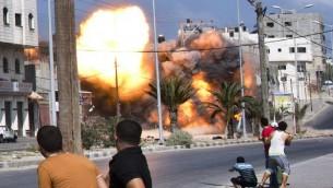 غارة جوية اسرائيلية تضرب منزلا في مدينة غزة  23 أغسطس 2014.  AFP PHOTO / ROBERTO SCHMIDT