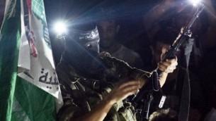مسلح فلسطيني يطلق طلقة في الهواء اثناء الاحتفالات في مدينة غزة 26 أغسطس 2014 للاحتفال باتفاق وقف إطلاق النار  بين إسرائيل وحماس AFP/ROBERTO SCHMIDT