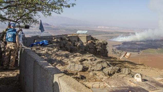 قوات حفظ السلام التابعة للامم المتحدة تتابع القتال بين القوات الموالية للرئيس السوري بشار الأسد والمتمردين حول السيطرة على معبر القنيطرة،  27 أغسطس  2014 Jack Guez/AFP