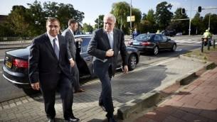 وزير الخارجية الفلسطيني رياض المالكي (R) والسفير الفلسطيني في هولندا نبيل ابو زنيد عند الصول إلى المحكمة الجنائية الدولية في لاهاي،  5 أغسطس 2014 (AFP PHOTO / ANP / MARTIJN BEEKMAN ***netherlands out***)