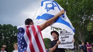 مؤيد لإسرائيل (L) يناقش مؤيد فلسطيني (R) على هامش مظاهرة ضد العملية العسكرية  في غزة،  9 آب 2014 في واشنطن AFP PHOTO/Mandel NGAN