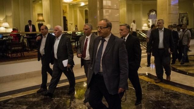 رئيس الوفد الفلسطيني عزام الاحمد وبقية أعضاء الوفد الفلسطيني يصلون إلى الفندق في القاهرة 11 أغسطس 2014.  AFP PHOTO / KHALED DESOUKI