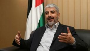 قائد حماس خالد مشعل يجيب عن أسئلة وكالة فرانس برس خلال مقابلة في العاصمة القطرية الدوحة، 10 أغسطس 2014 AFP/al-Watan Doha/Karim Jaafar
