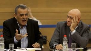 عضوا الكنست باسل غطاس وجمال زحالقة خلال جلسة للجنة البيئة 13 نوفمبر 2013 (فلاش 90)