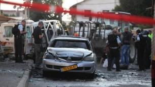 أفراد من قوات الانقاذ الاسرائيلية في مكان الحادث حيث أطلق صاروخ من غزة وسقط قرب مبنى سكني في كريات جات، مما اسفر عن اصابة شخص واحد باصابات معتدلة واصابة اثنين اخرين بجروح طفيفة، الخميس 31 يوليو، 2014 ( FLASH90)