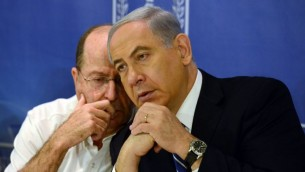 وزير الدفاع موشيه يعلون، يسار، يتحدث الى رئيس الوزراء الاسرائيلي بنيامين نتنياهو في الاجتماع الاسبوعي لمجلس الوزراء  10 أغسطس 2014 Haim Zach/GPO/Flash90