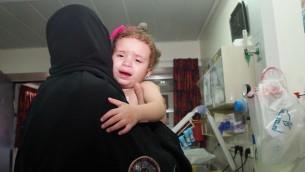 """الطفلة هلا مع جدتها هنية شاعر في مستشفى فولفسون 12 اغسطس 2014 (صورة مقدمة من جمعية """"انقاذ قلب طفل"""")"""