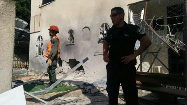 الشرطة وخدمات الطوارئ في موقع الكنيس في عسقلان الذي اصيب بصاروخ في غزة، 22 أغسطس، 2014. (تصوير: شرطة إسرائيل)