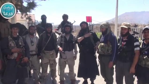 مقاتلو جبهة النصرة عند معبر القنيطرة بعد ان اجتاحوه (من شاشة اليوتوب)