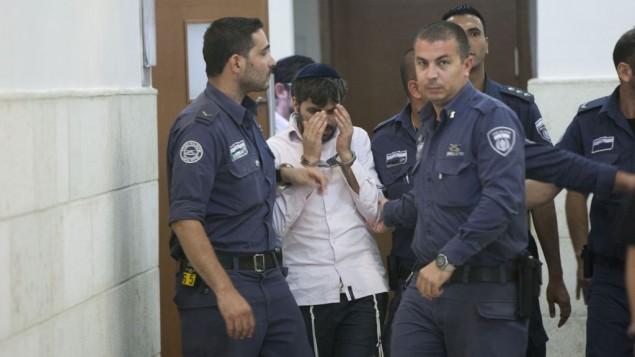 رجال الشرطة يرافقون يوسف حاييم بن دافيد, أحد المشتبه بهم اليهود في قتل القاصر محمد ابو خضير في المحكمة القطرية في القدس 6 أغسطس (يوناتان سنايدل/ فلاش 90)