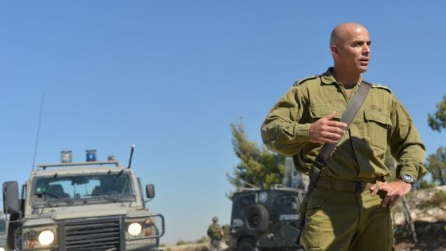 العقيد غسان عليان خلال دورية في يوليو 2013 في مدينة جنين. عاد العقيد عليان، الذي يرأس لواء غولاني، إلى الوحدة بعد تعرضه للاصابة في معركة قبل يومين  Yossi Zeliger/FLASH90