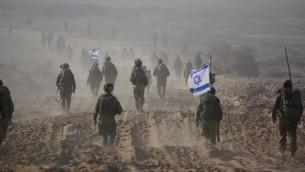قوات الجيش الإسرائيلي تغادر غزة في ختام العملية البرية، اغسطس 2014. (تصوير: المتحدث باسم الجيش الإسرائيلي / الفيسبوك)