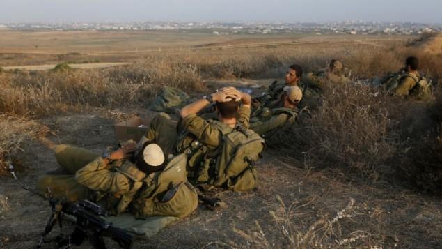 جنود اسرائيليون يرتاحون عند الحدود مع غزة (في الافق) 6 أغسطس (بعدسة ميريام الستير/ فلاش 90)